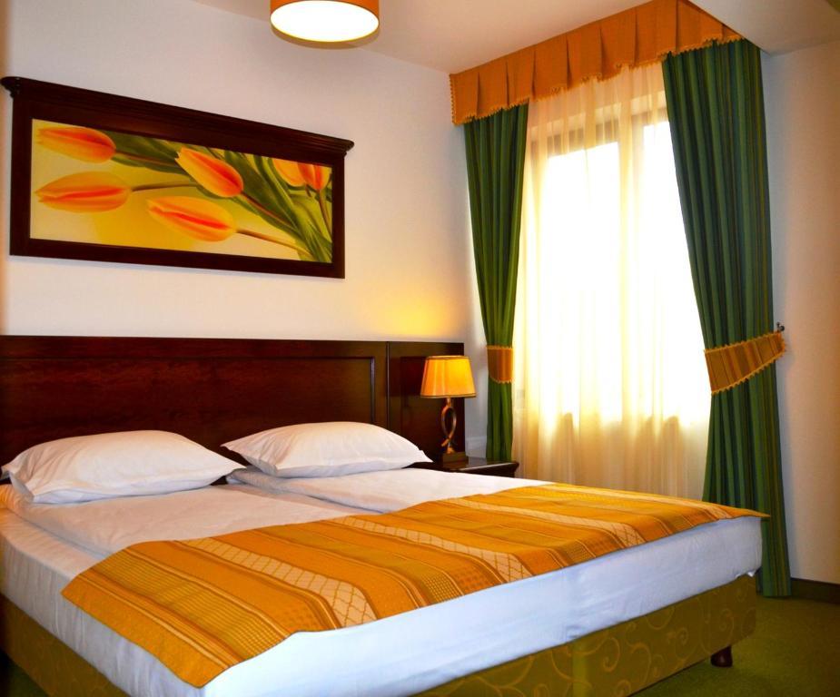 Un pat sau paturi într-o cameră la Hotel Residenz