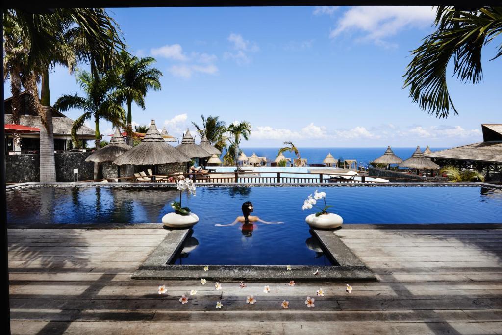 Piscina de la sau aproape de Palm Hotel & Spa