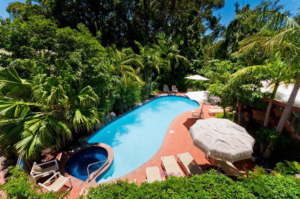 Der Swimmingpool an oder in der Nähe von Shelly Beach Resort