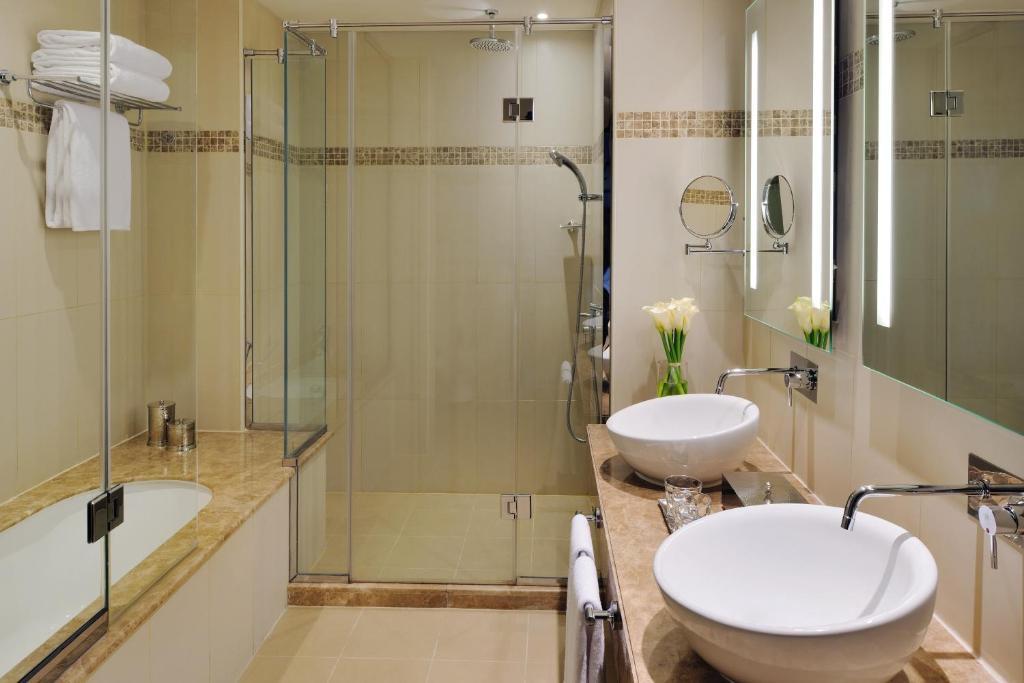 A bathroom at Avani Deira Dubai Hotel