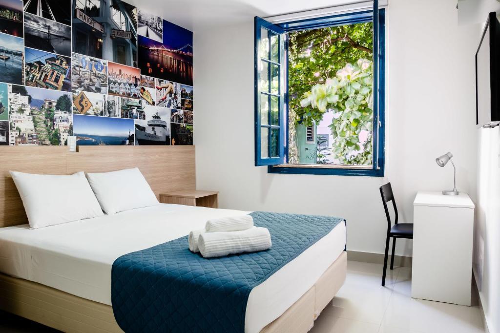 Tempat tidur dalam kamar di Injoy Hostel