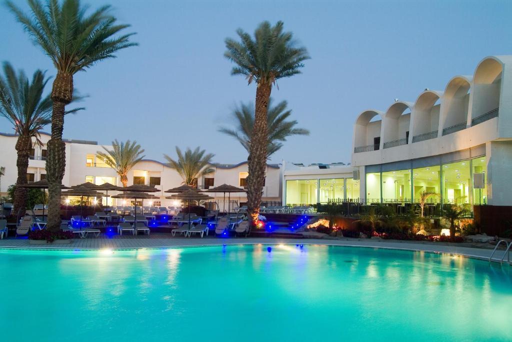 בריכת השחייה שנמצאת ב-מלון לאונרדו פריויליג' - הכל כלול או באזור