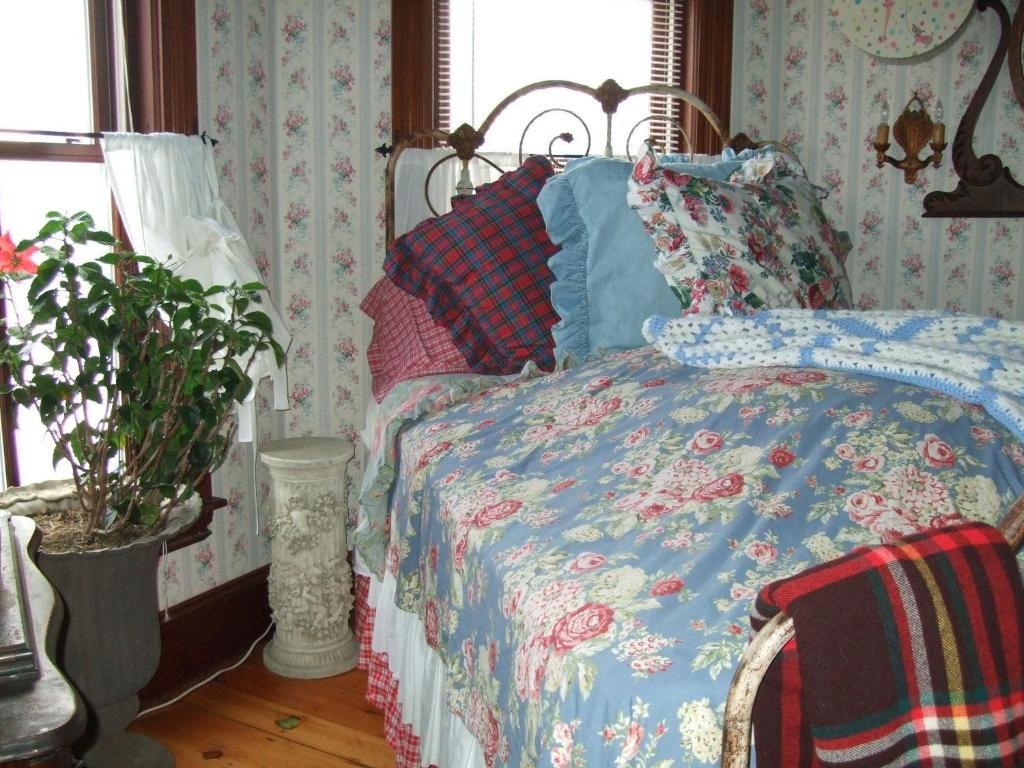 A bed or beds in a room at Enchanted Nights Bed & Bath