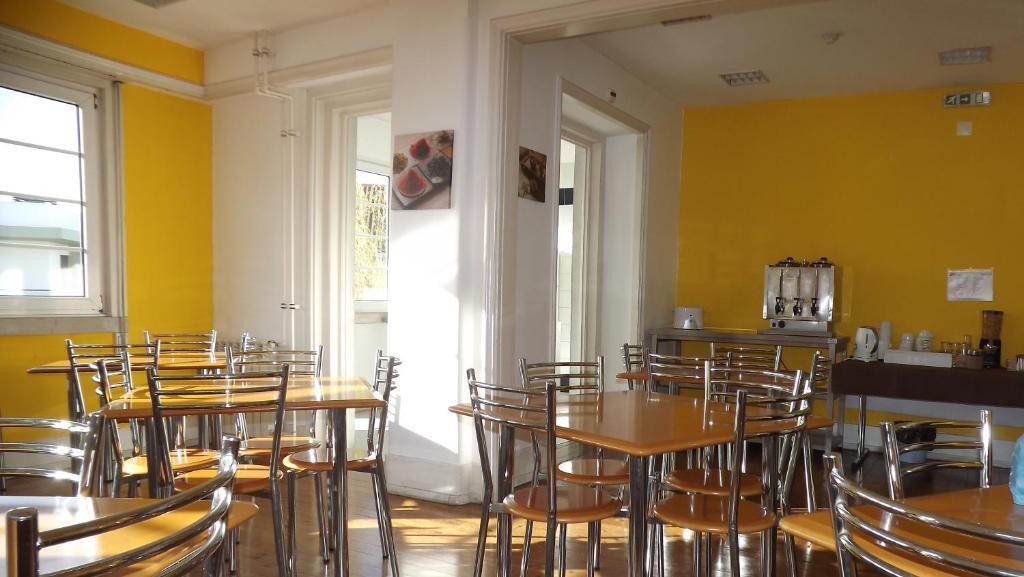 Un restaurante o sitio para comer en HI Coimbra - Pousada de Juventude