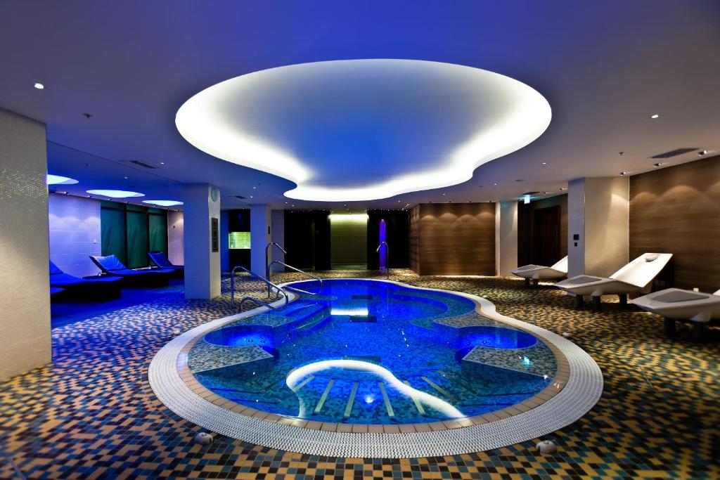 The swimming pool at or close to Hilton London Heathrow Airport Terminal 5