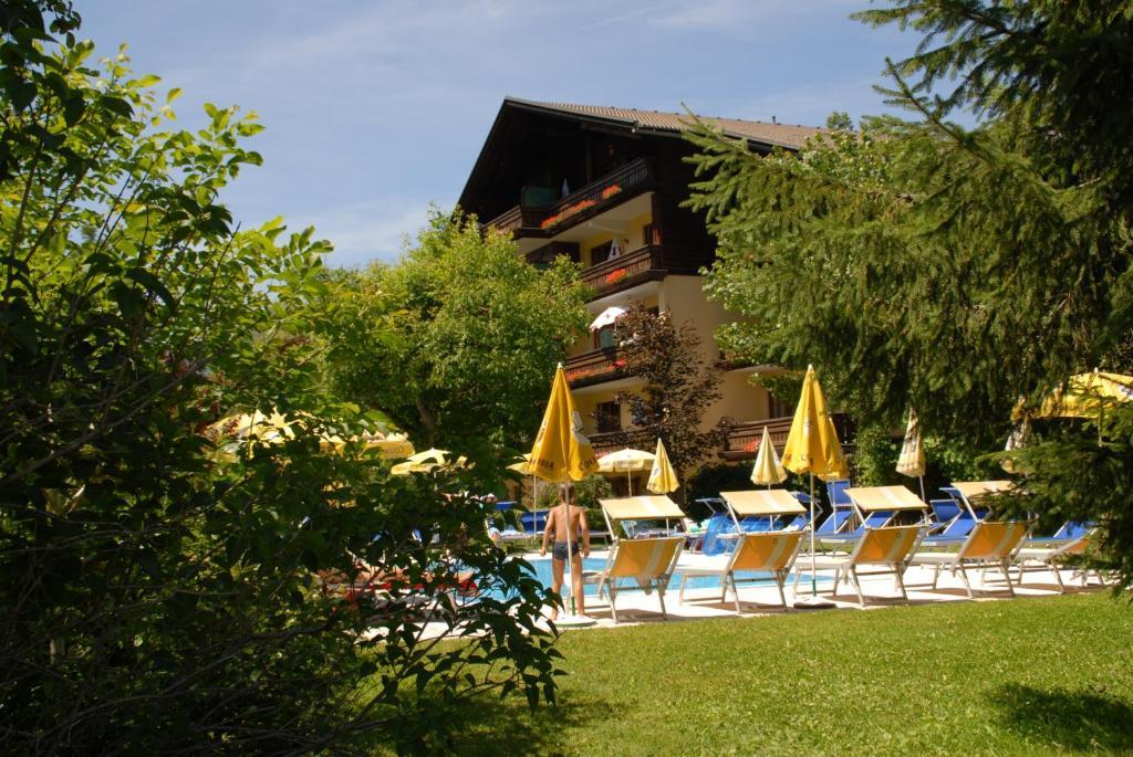 Der Swimmingpool an oder in der Nähe von Ferienwohnungen Forellenhof Waldner