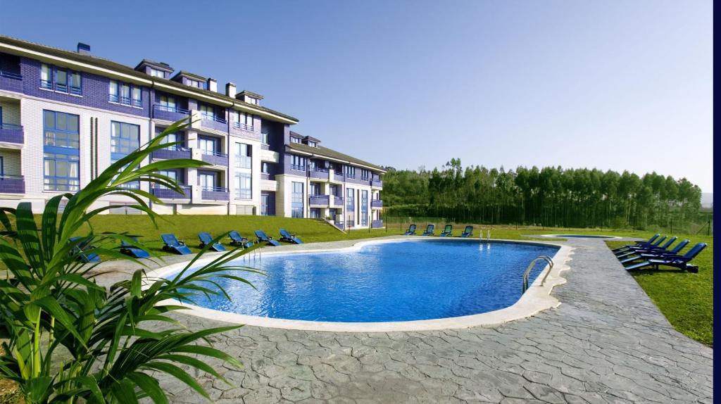 The swimming pool at or close to Apartamentos Dunas de Liencres