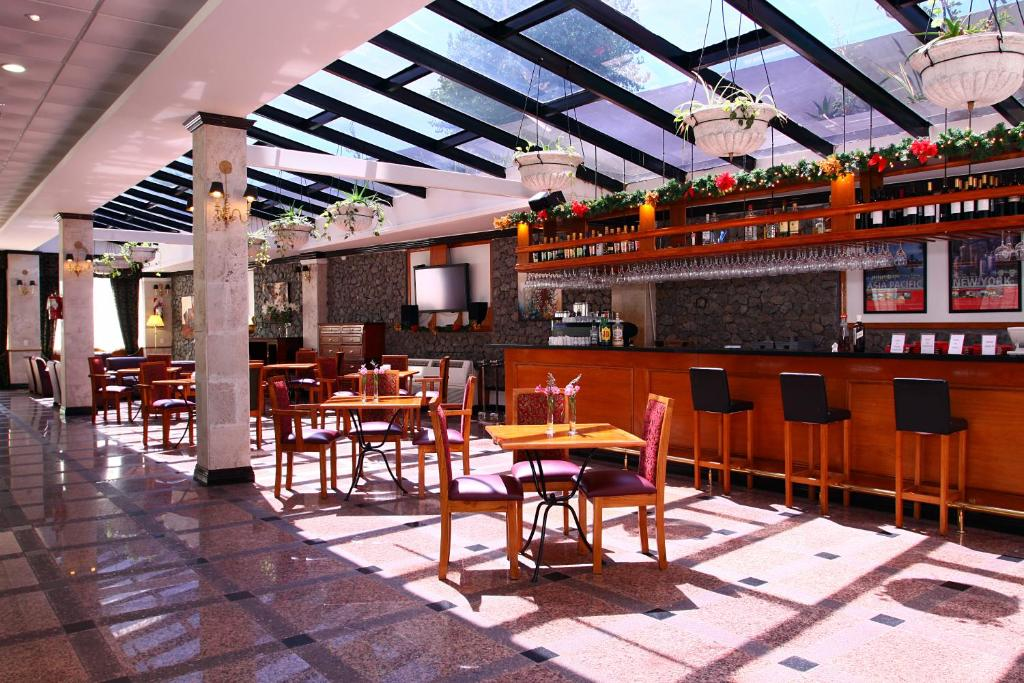El salón o zona de bar de Ramada by Wyndham Buenos Aires