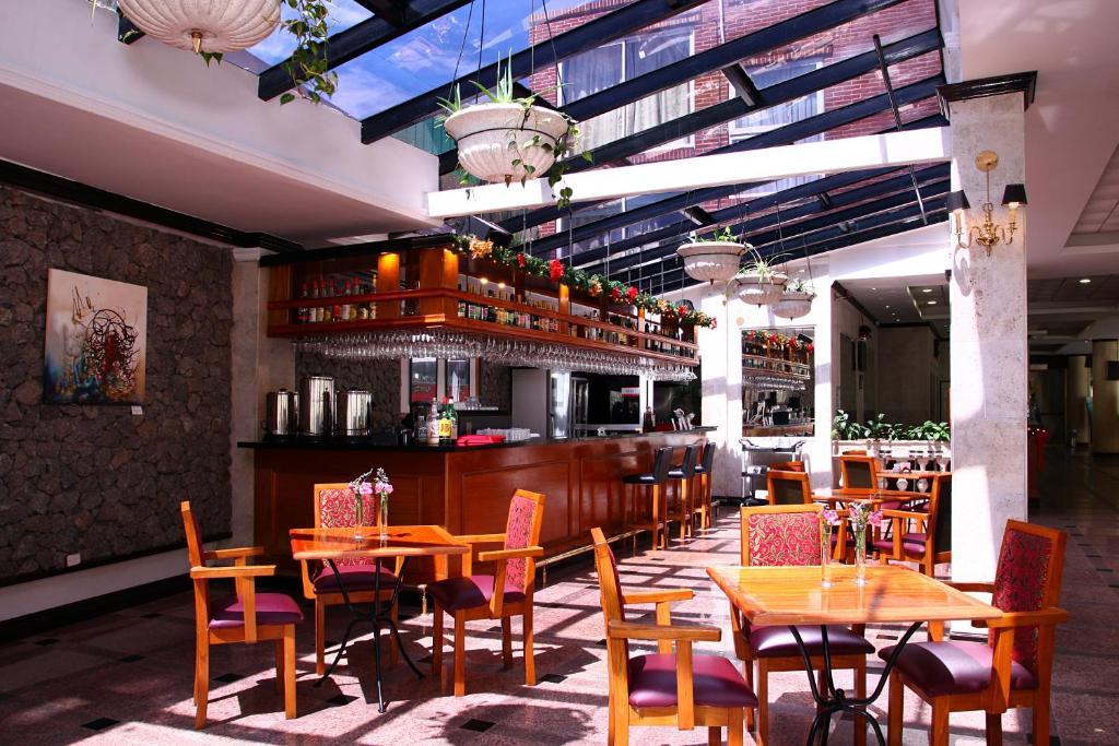 Un restaurante o sitio para comer en Ramada by Wyndham Buenos Aires