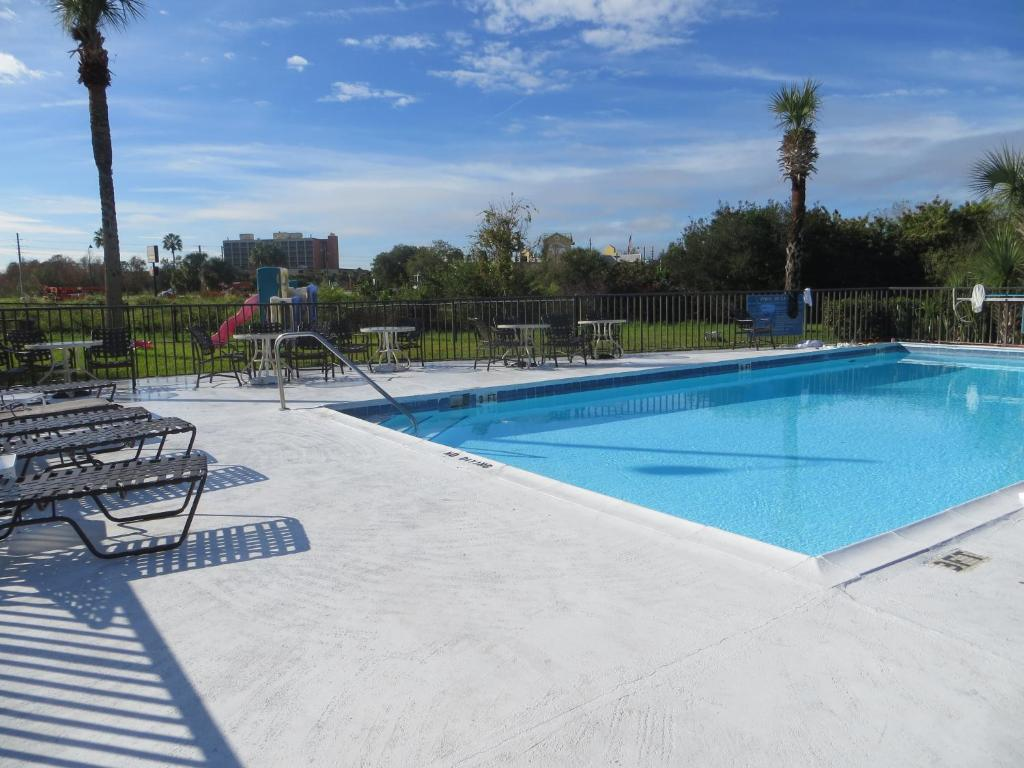 The swimming pool at or close to Magic Castle Inn & Suites Motel
