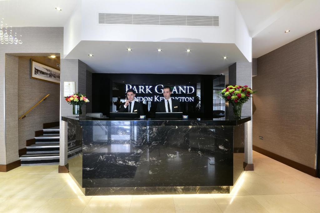 De lobby of receptie bij Park Grand London Kensington