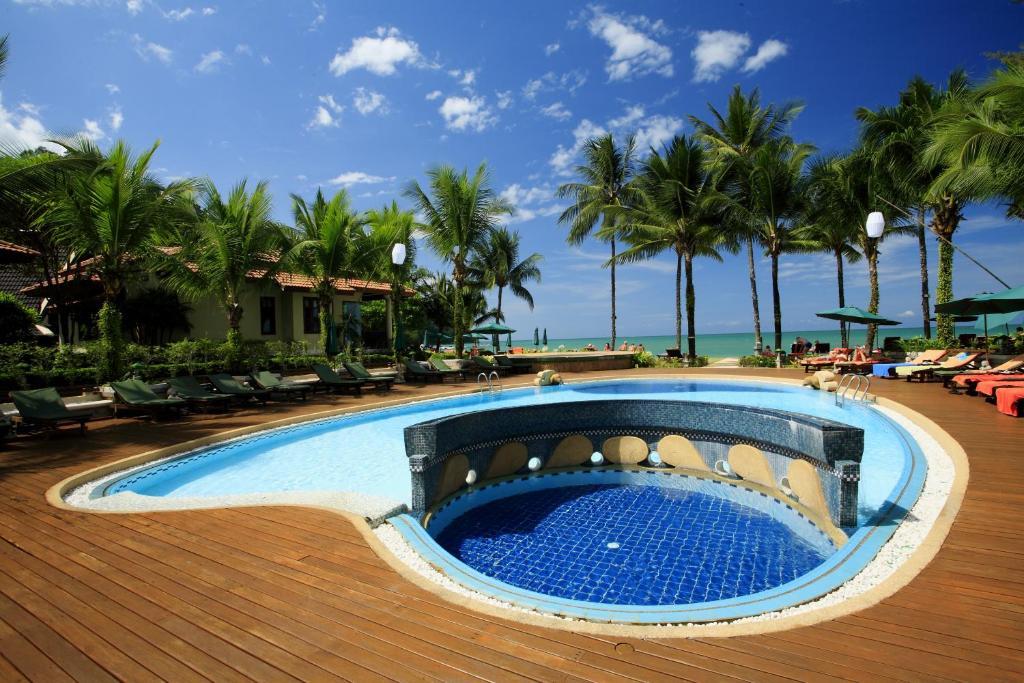 Der Swimmingpool an oder in der Nähe von Khaolak Bayfront Resort