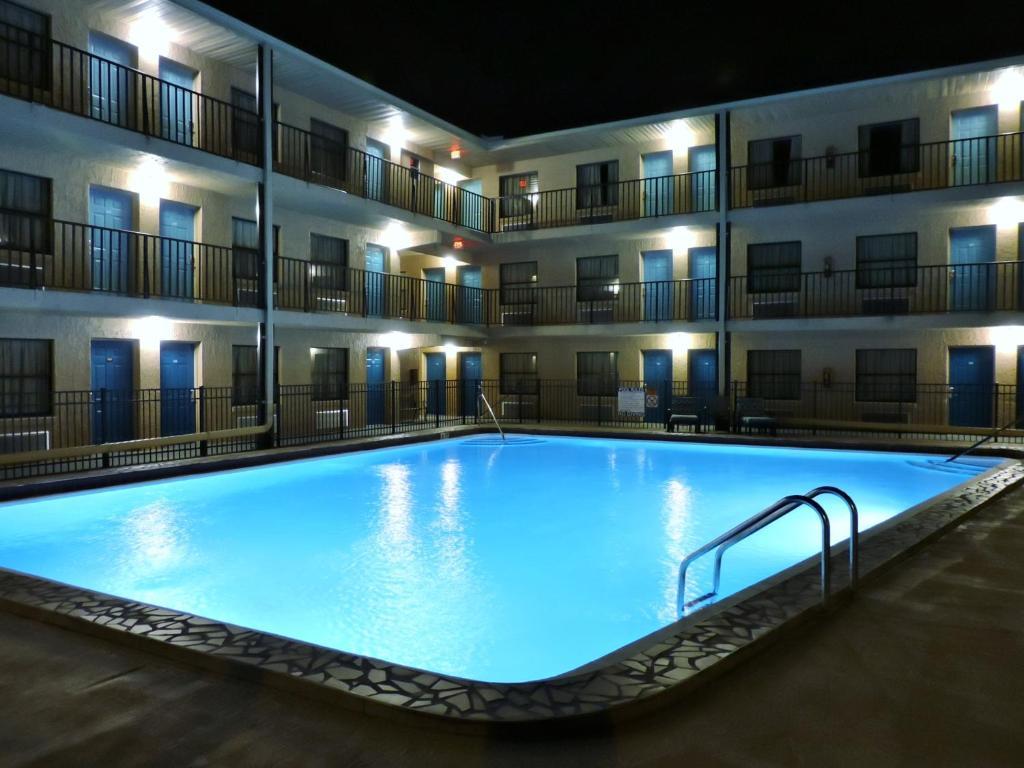 The swimming pool at or near Seasons Florida Resort
