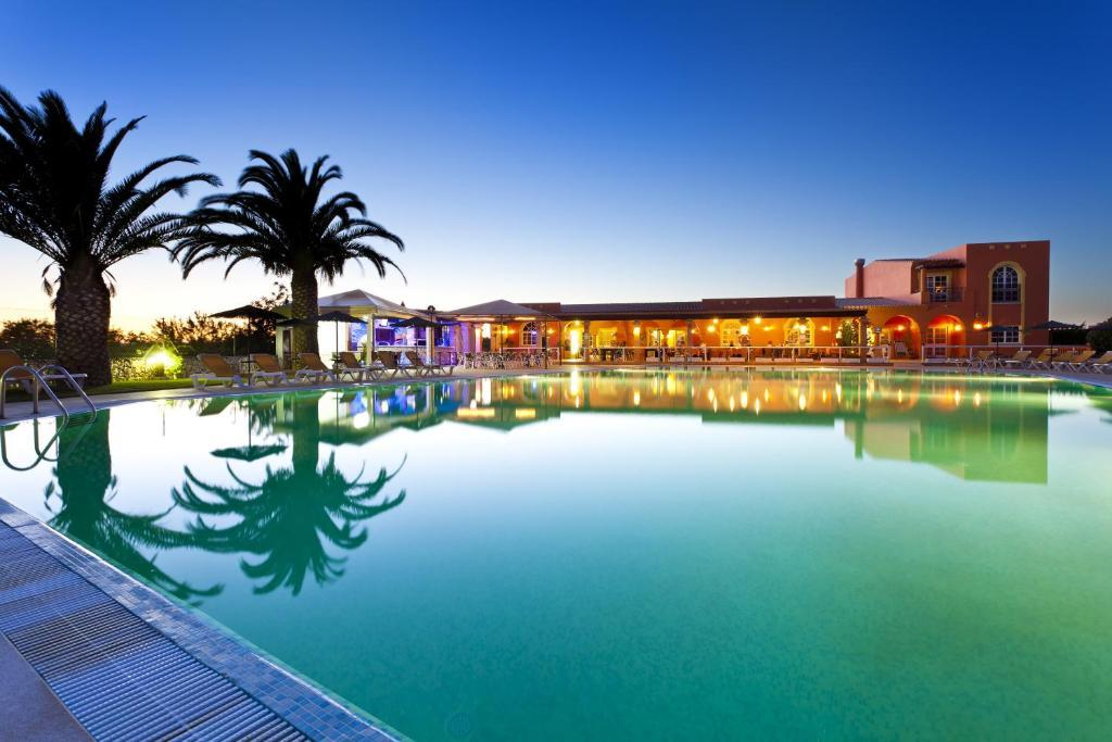 Der Swimmingpool an oder in der Nähe von Colina Village