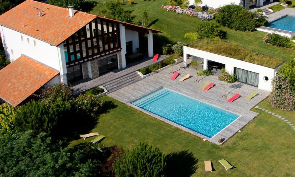Vue sur la piscine de l'établissement Villa Acotz Lafitenia Resort ou sur une piscine à proximité