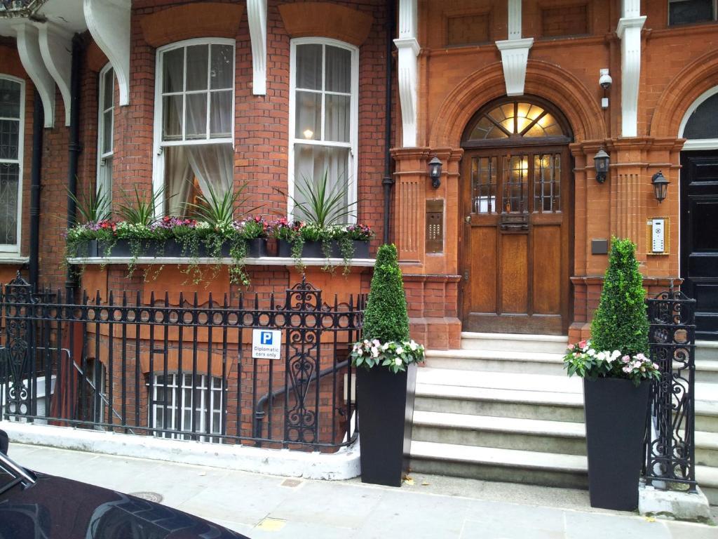 Kensington Court Aparthotel.