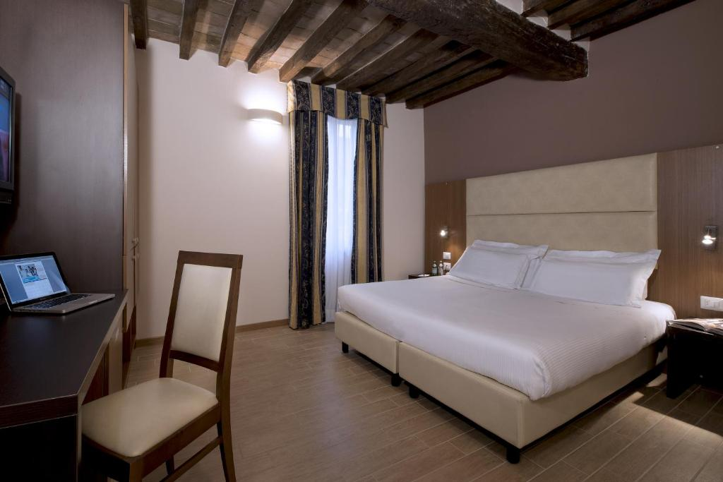 A bed or beds in a room at CDH Hotel Villa Ducale