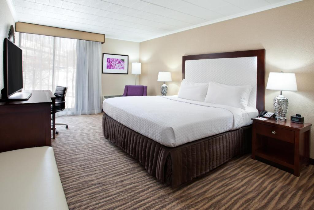 A bed or beds in a room at Pittsburgh Plaza Hotel