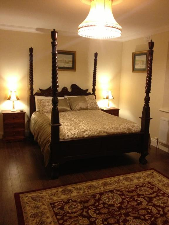 A bed or beds in a room at Gartland House