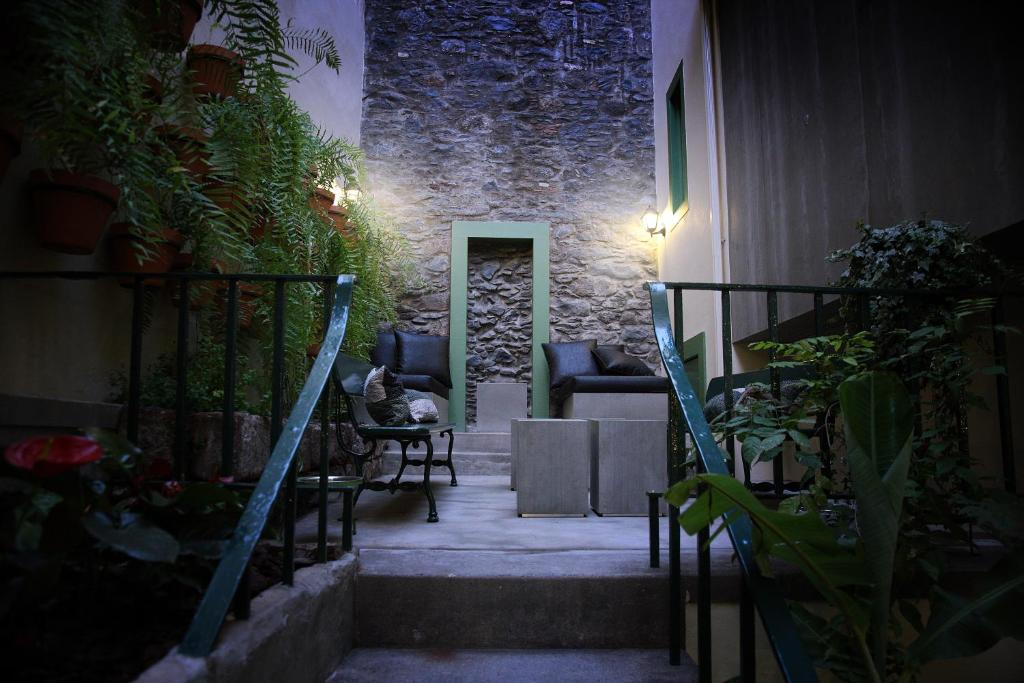 The facade or entrance of 29 Madeira Hostel & Guesthouse by Petit Hotels