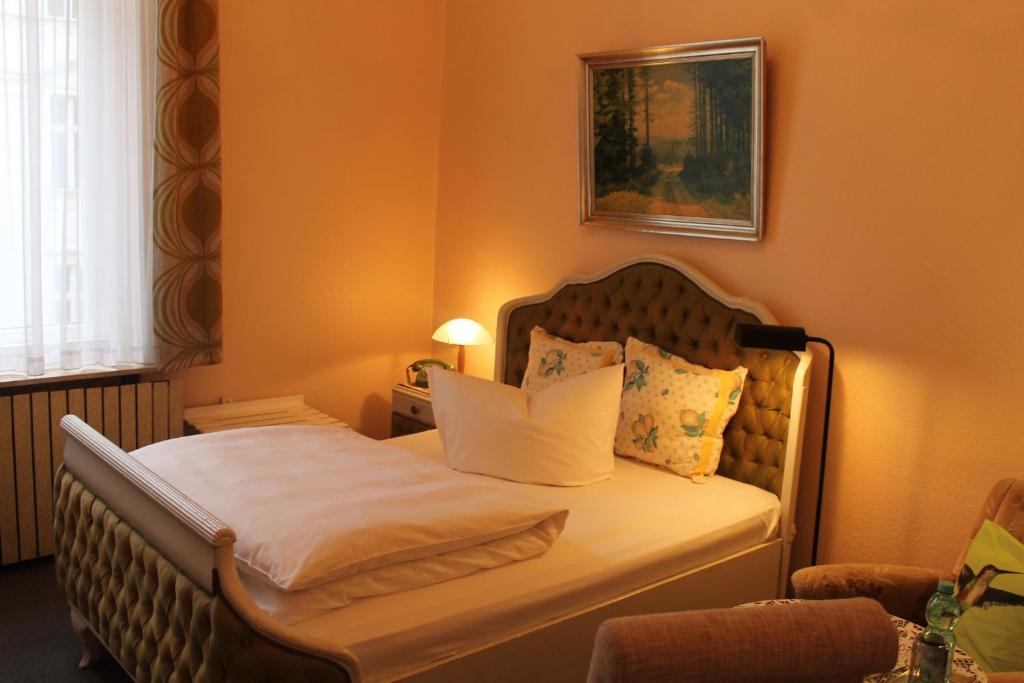 ホテル ペンション コロンブス アム クアフュルステンダムにあるベッド