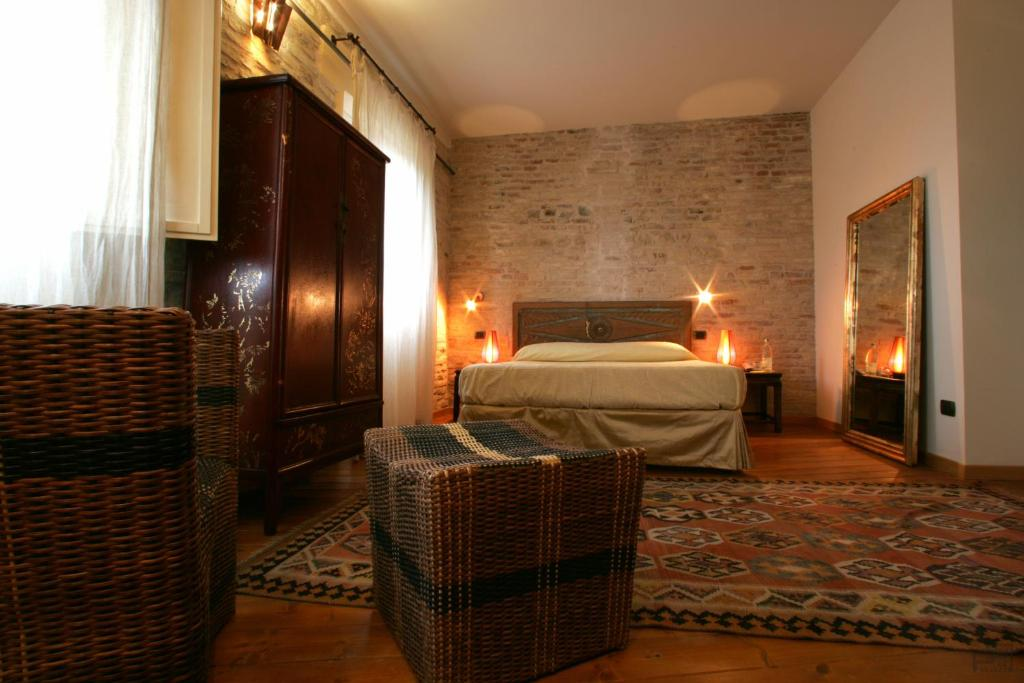 A bed or beds in a room at Ristorante Country House Isolabelgatto