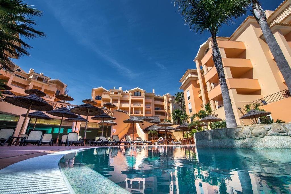 Piscine de l'établissement Estrela da Luz Resort ou située à proximité