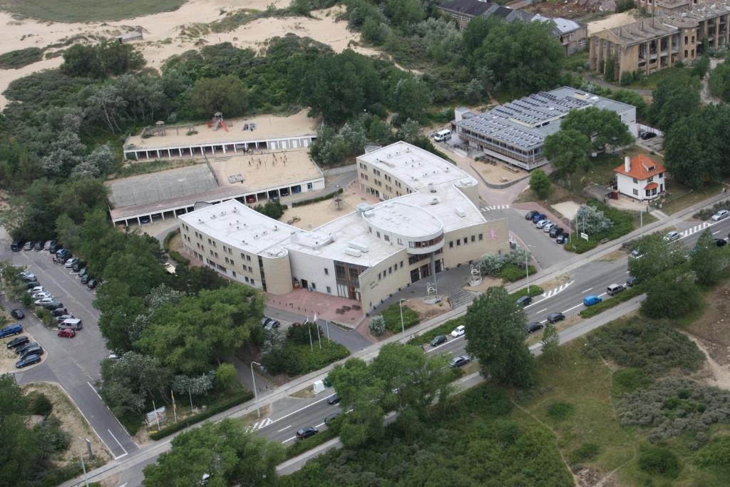 Een luchtfoto van Vakantiedomein Hoge Duin