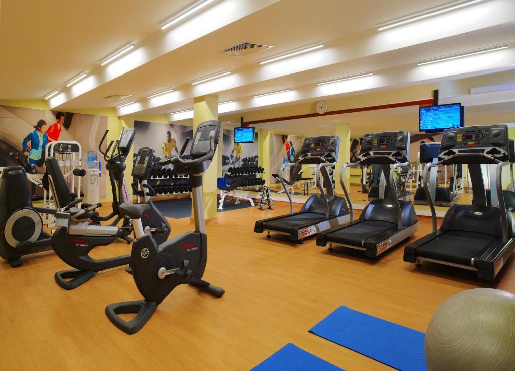 Фитнес-центр и/или тренажеры в Отель Кортъярд Марриотт Москва Центр