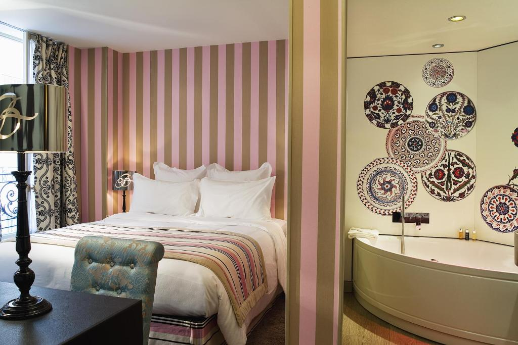 A bed or beds in a room at Hôtel Le Bellechasse Saint-Germain