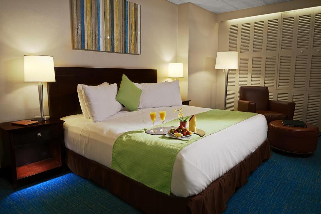 Cama ou camas em um quarto em Miami International Airport Hotel