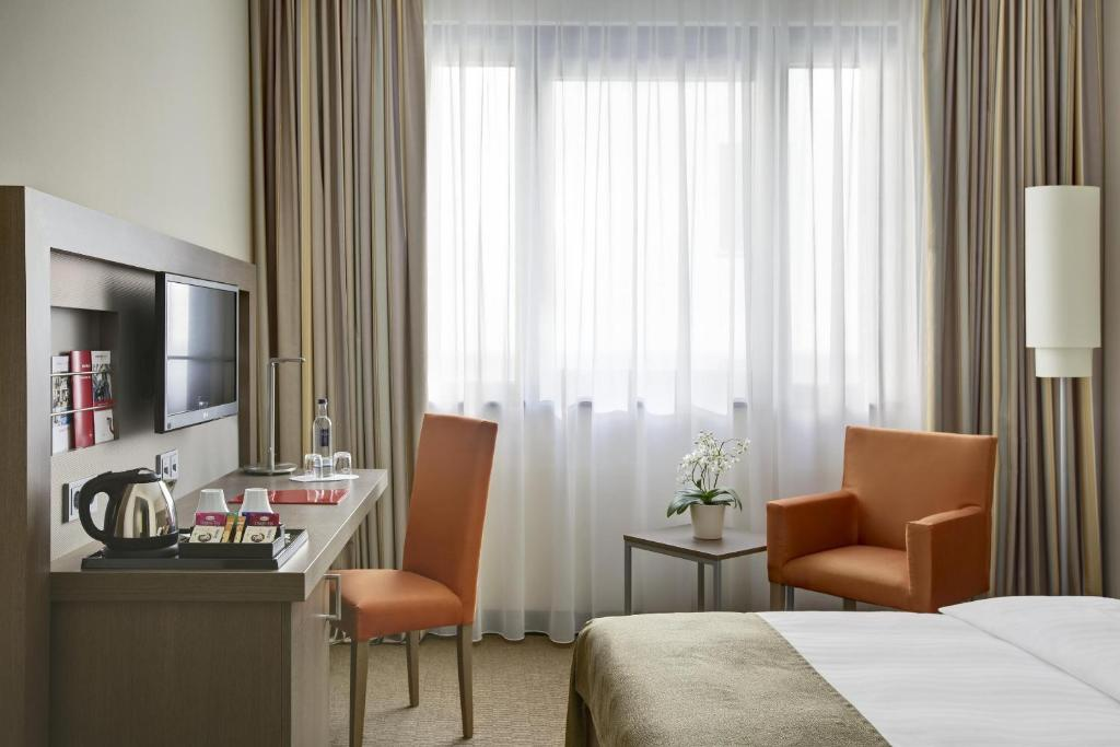 A bed or beds in a room at IntercityHotel Berlin Hauptbahnhof