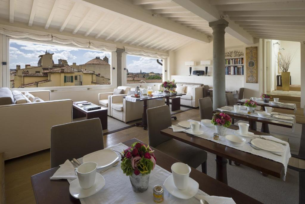 A restaurant or other place to eat at Residenza D'Epoca Home In Palace
