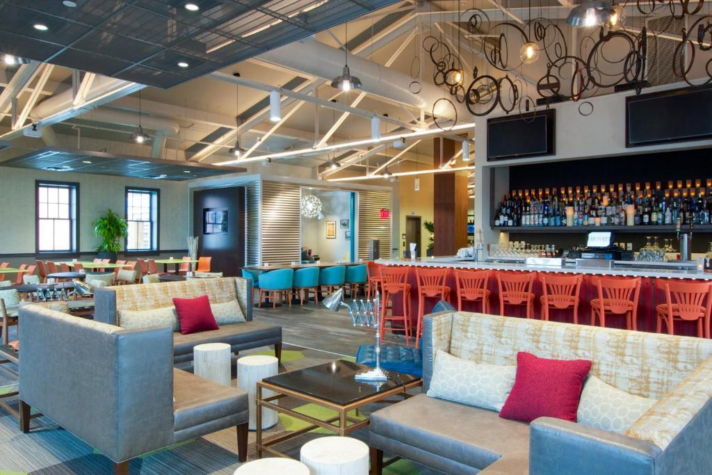 The lounge or bar area at Hilton Garden Inn Burlington Downtown