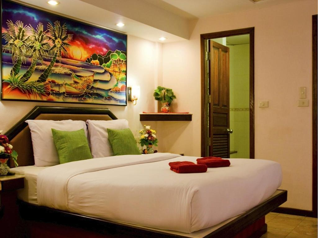 A bed or beds in a room at Paradise Inn