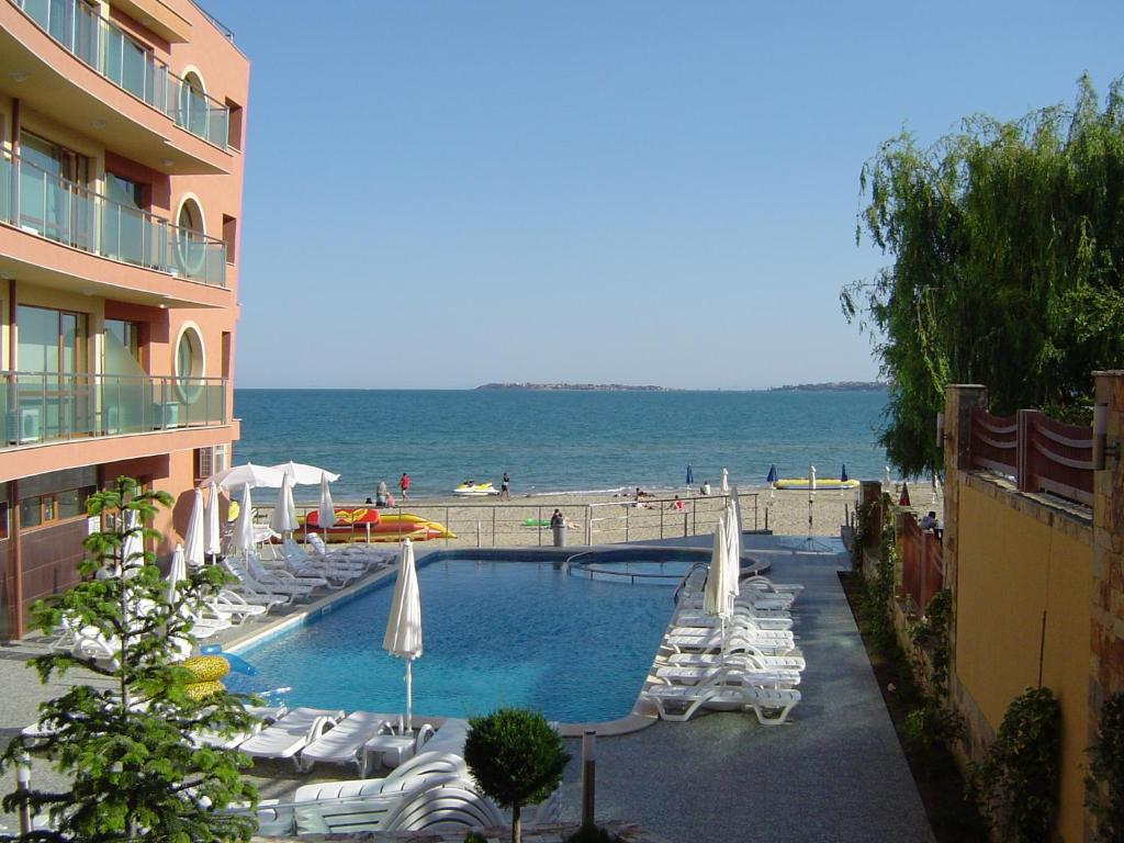 Sunny Bay Aparthotel tesisinde veya buraya yakın yüzme havuzu