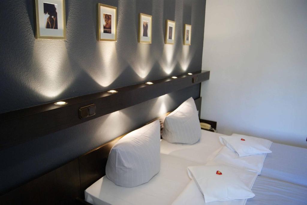 A bed or beds in a room at Lindenhof Landgasthof Hotel