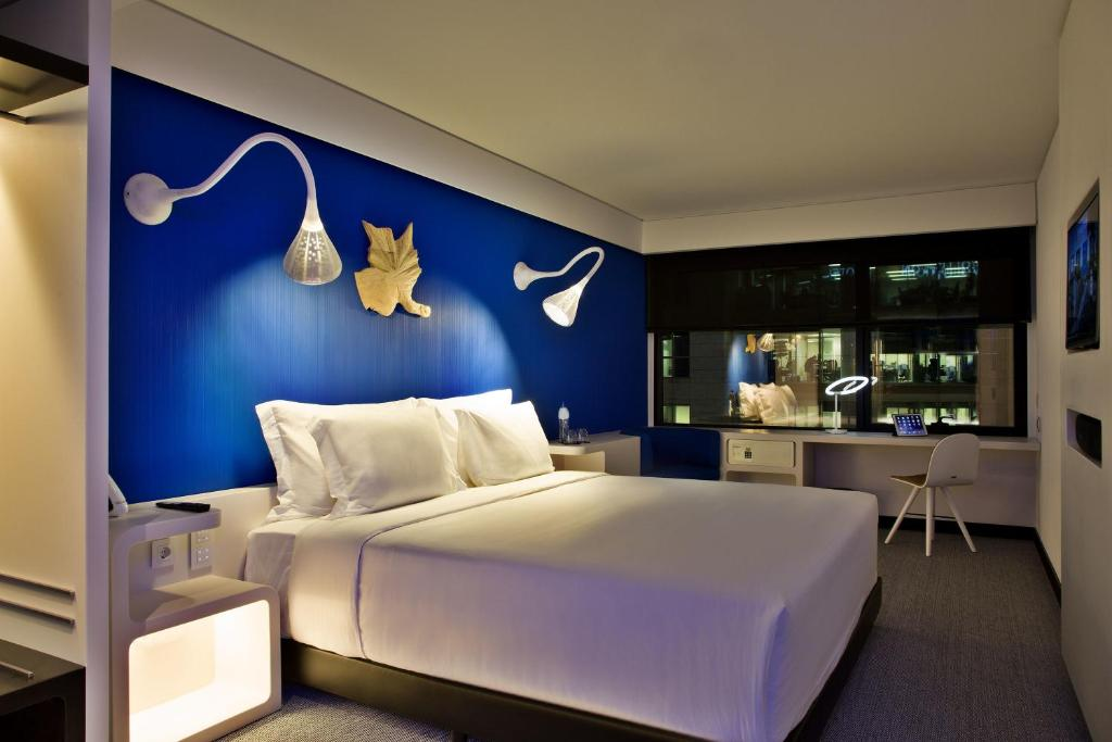 A bed or beds in a room at EVOLUTION Lisboa Hotel