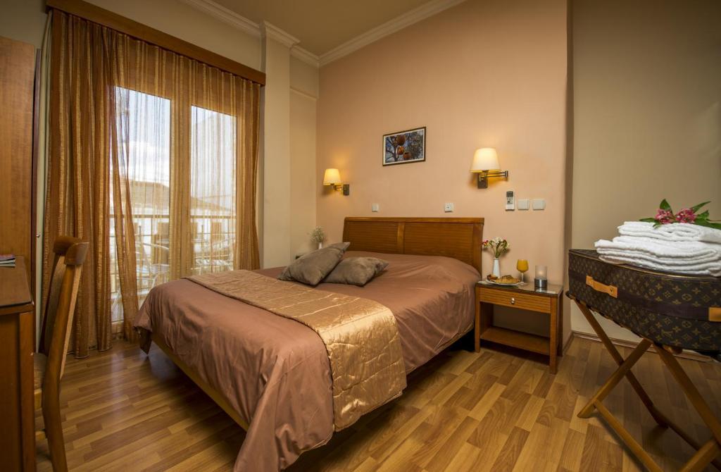 Łóżko lub łóżka w pokoju w obiekcie Lakonia Hotel