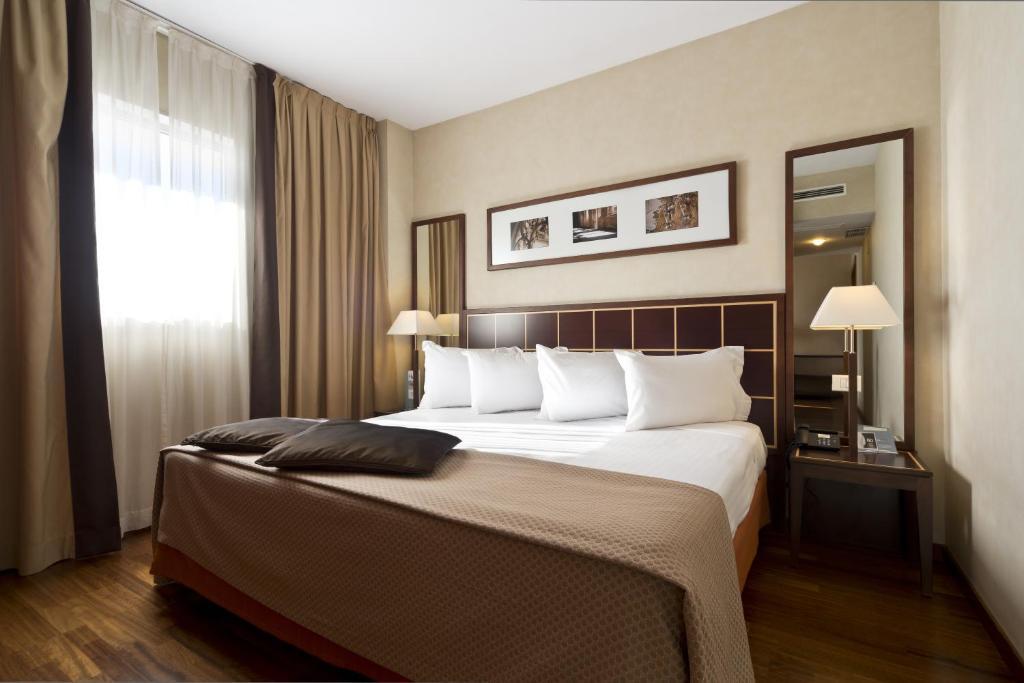 Uma cama ou camas num quarto em Eurostars Toledo