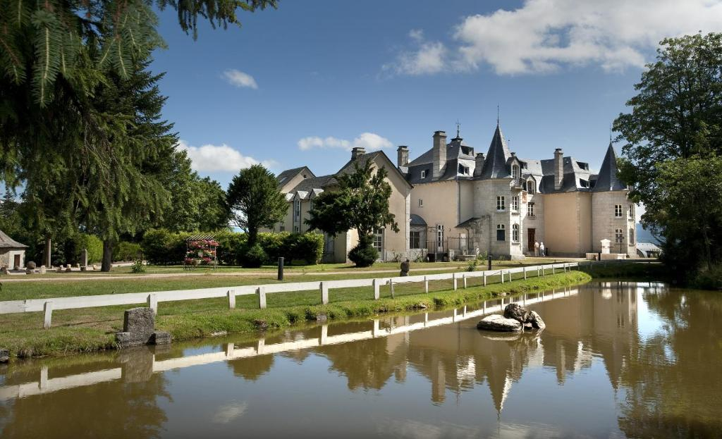The swimming pool at or close to Le Château D'orfeuillette