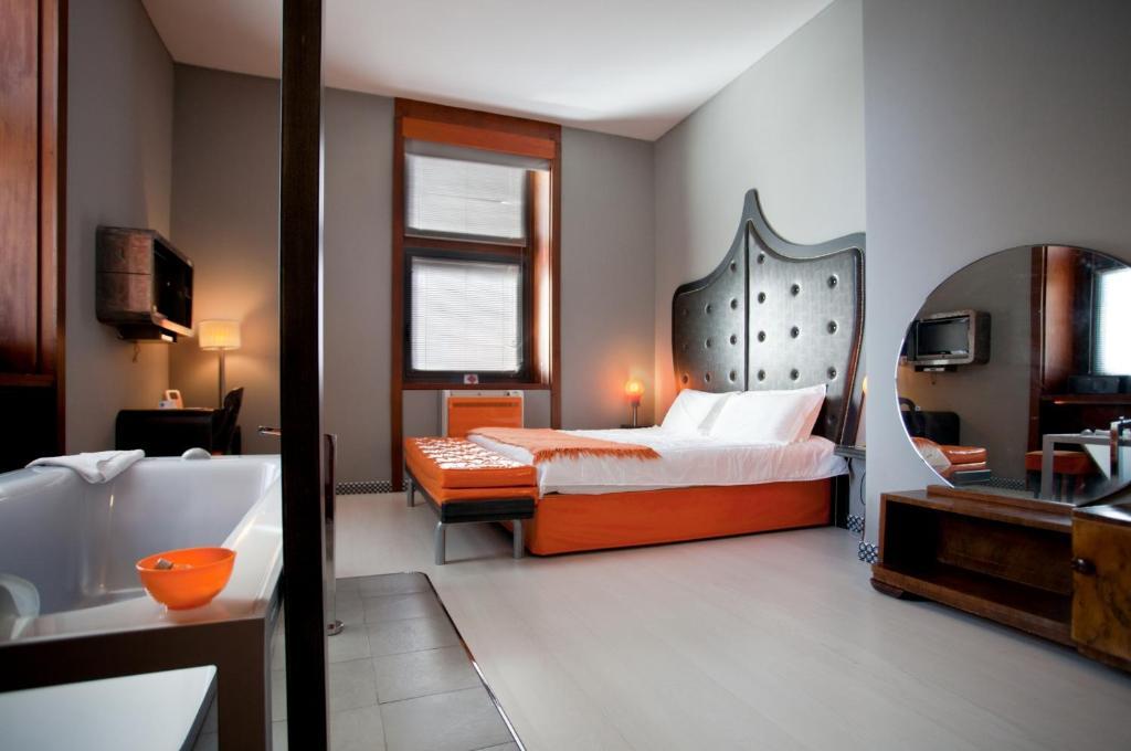 Tempat tidur dalam kamar di Orange Hotel
