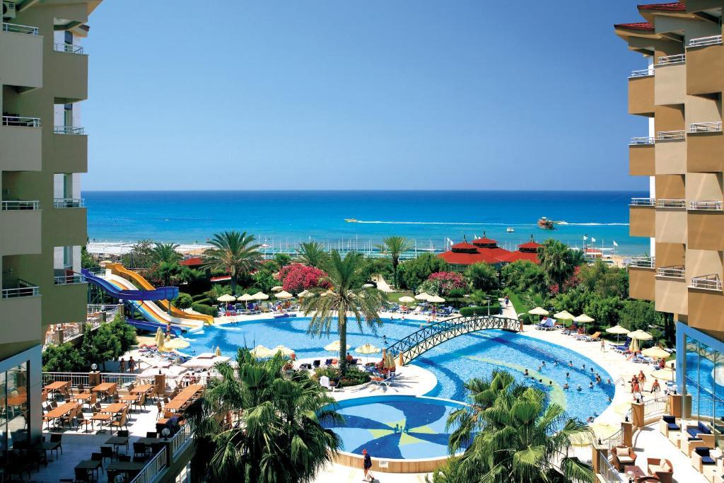 Uitzicht op het zwembad bij Hotel Terrace Beach Resort All Inclusive of in de buurt
