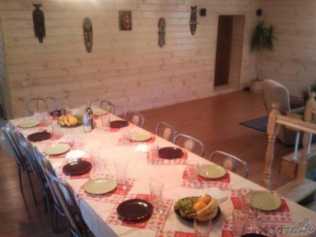 A restaurant or other place to eat at Guest House Aynur