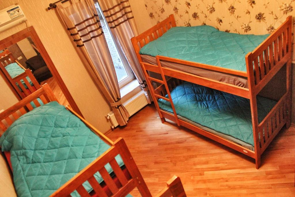 Ein Etagenbett oder Etagenbetten in einem Zimmer der Unterkunft Nest Hostel Tbilisi