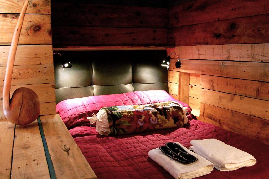 1X6旅館房間的床