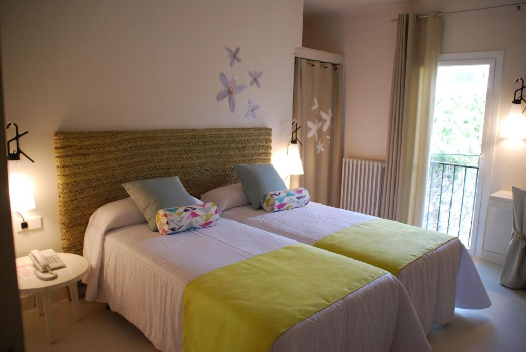 A bed or beds in a room at Hotel Tarongeta - Adults Only