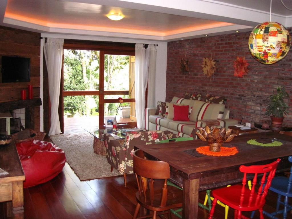 A restaurant or other place to eat at Casa confortável em Canela