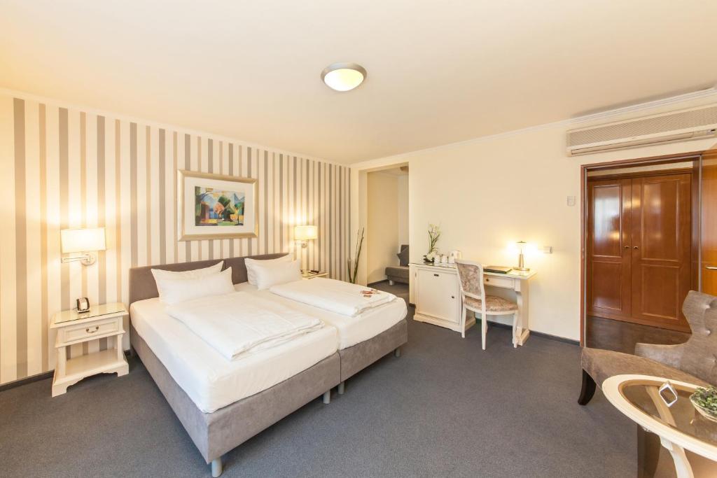 A bed or beds in a room at Novum Hotel Flora Düsseldorf