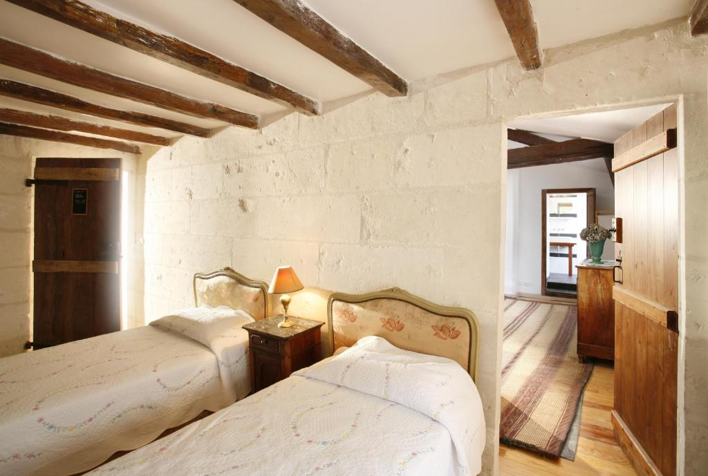 A bed or beds in a room at La Porte Rouge - The Red Door Inn